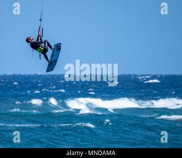 Kitesurfer in vertikaler Aufstieg am beliebten Surfstrand Playa Del Medano an der Küste im Süden von Teneriffa Kanarische Inseln - Stockfoto