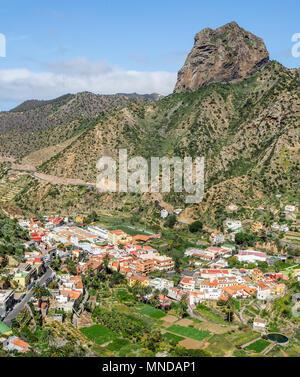Mit Blick auf die Stadt von Vallehermoso vom Roque El Cano im Norden von La Gomera auf den Kanarischen Inseln beherrscht - Stockfoto