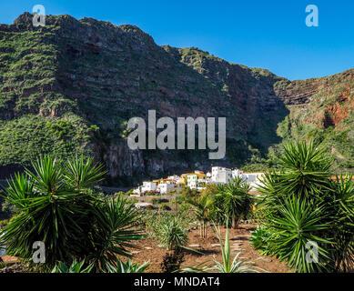 Das hübsche Dorf Agulo drastisch durch die nördliche Küste von La Gomera in einem Amphitheater von vulkanischen Klippen - Kanarische Inseln - Stockfoto