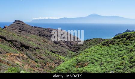 Blick aus der Nähe von Hermigua auf der Insel La Gomera auf einem aktiven Vulkan Teide auf Teneriffa auf den Kanarischen Inseln - Stockfoto
