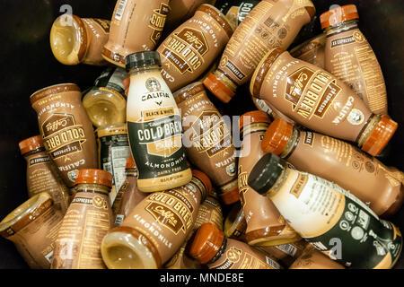 Flaschen Califia Farmen Marke ready-to-drink Kaffee mit Mandelmilch in einem kühleren in New York am Donnerstag, dem 10. Mai 2018. Kaffeemaschinen sind, werfen ihr Gewicht in Dosen und Flaschen Kaffee, kalten Bier und traditionelle, in der Hoffnung, dass die Verbraucher auf dem fad. Ready-to-drink Kaffee in den USA haben in den zweistelligen Zahlen in den letzten fünf Jahren gewachsen. Mutter Milch haben auch in der Popularität in den letzten Jahren gewachsen. (© Richard B. Levine) - Stockfoto