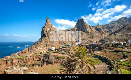 Felsen in der Nähe von taganana Dorf an Anaga Country Park auf Teneriffa, Spanien. Kopieren Sie Platz im Himmel. - Stockfoto