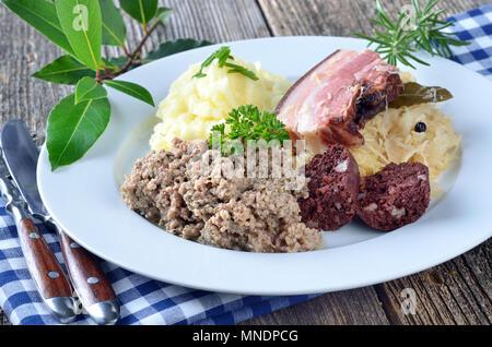 Bayerische frische Blutwurst, Leberwurst, Bauch von Schweinefleisch, Sauerkraut und purree - Stockfoto