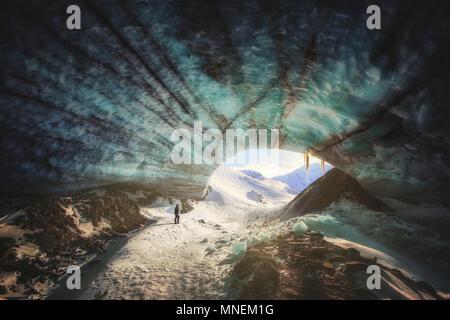 Eishöhle Sonnenuntergang Wanderer wandern Frozen blau Yukon Kanada Schnee Berge Gletscher - Stockfoto