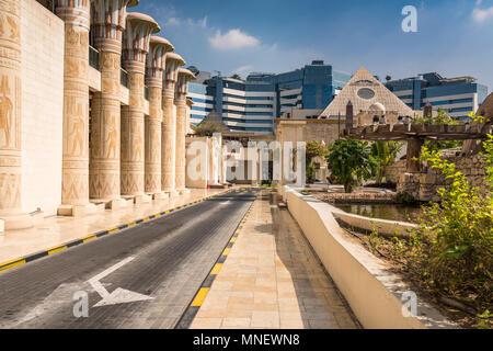 Ägyptischer Architektur in die äußere Fassade der Wafi Shopping Center, Dubai, Vereinigte Arabische Emirate, Naher Osten. - Stockfoto