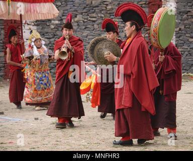 Tibetische Mönche Orchestra in der Jinganqumo Reinigung Festival in Dege, Sichuan, China - Stockfoto