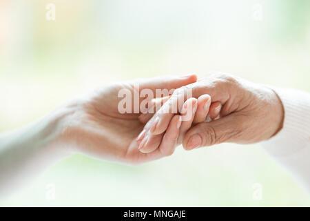 Nahaufnahme von Jungen Hand, der Ältere - Stockfoto