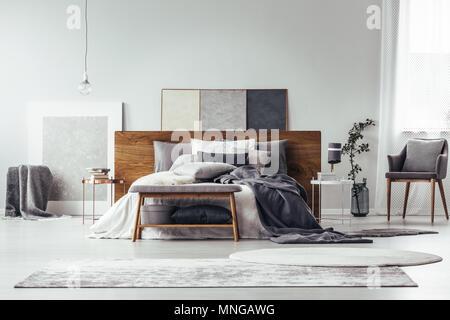 ... Einfache Malerei Auf Holz Bedhead Bett Mit Kissen Grau Schlafzimmer  Einrichtung Mit Teppichen, Bank Und