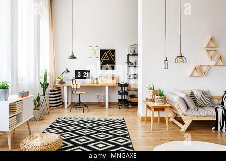 ... Modernes Weißes Handwerk Zimmer In Offenen Apartment Mit Kreativen  Design, Dreieck Regale, Industrielle Hängelampen