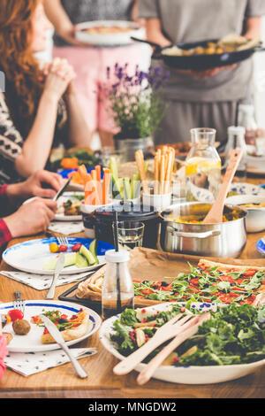 Frischer Salat, Hirse Grobgrieß, Grissini und Gemüse auf den Tisch während Vegetarier Abendessen treffen - Stockfoto