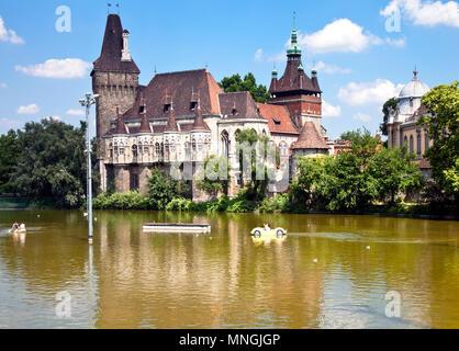 Die Burg von Vajdahunyad in Budapest City Park, Ungarn. Das Schloss wurde entwickelt, um Kopien von mehreren Wahrzeichen anderswo in Ungarn. - Stockfoto