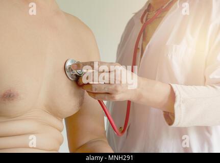 Ärztin mit Stethoskop für Überprüfen und auf Herz und Lungen von Patienten in einem Krankenhaus. - Stockfoto