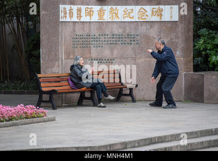 Ältere Menschen tun, tai Chi in Jing'an Park, Shanghai, China - Stockfoto