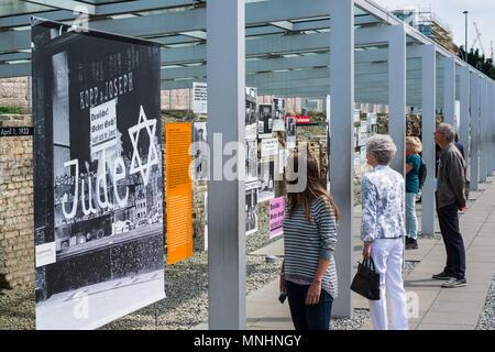Berlin, Deutschland - Mai, 2018: die Menschen an der Topographie des Terrors (Deutsch: Grabdenkmäler Schrecken) outdoor History Museum in Berlin, Deutschland - Stockfoto