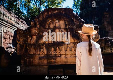 Kleine Mädchen in den alten Tempel Angkor Wat, Siem Reap, Kambodscha - Stockfoto