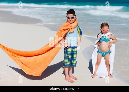 Kinder, die Spaß am tropischen Strand während der Sommerferien - Stockfoto