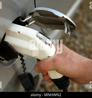 Aufladen von Elektroautos. - Stockfoto