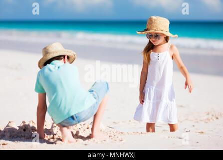 Bruder und Schwester am Strand Ferienhäuser - Stockfoto