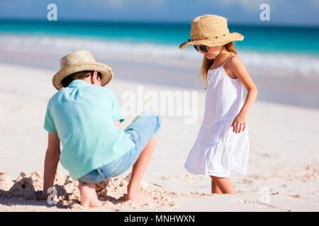 Bruder und Schwester spielen und Spaß am Strand im Sommerurlaub - Stockfoto