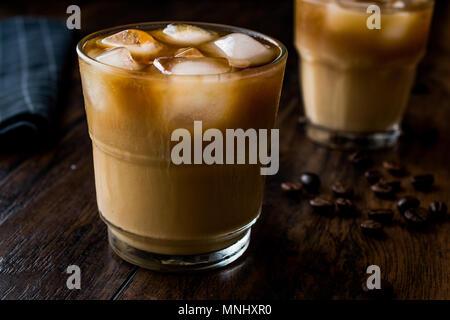 Kalter Kaffee brühen mit Milch und Eis. (Eiskaffee). Bio Trinken. - Stockfoto