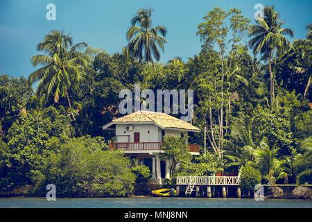 Die traditionelle weiße Gebäude, die von der spektakulären tropischen Wald umgeben Neben dem Madu Ganga, seichtes Wasser Körper. Balapitiya. Süd-westlichen Sri - Stockfoto