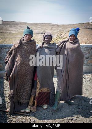 Drei nicht identifizierte Junge afrikanische Hirten in traditionellen dicke Decken - Stockfoto