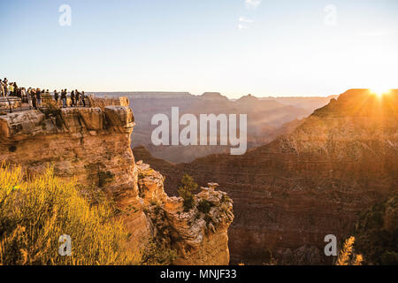 Majestic View mit Touristen beobachten Sonnenaufgang über North Rim des Grand Canyon National Park von Mathers Point am South Rim, Arizona, USA - Stockfoto