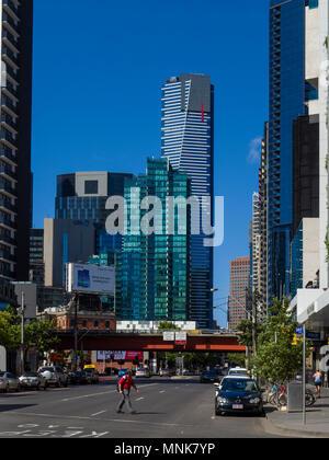 Ansicht der Eureka Tower, dem höchsten Gebäude in Melbourne von City Road, South Melbourne, Victoria, Australien.
