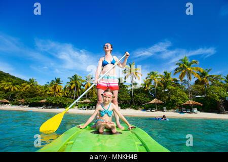 Mutter und ihre süßen kleinen Tochter paddeln auf Stand up board Spaß im Sommer Strand Ferienhäuser - Stockfoto