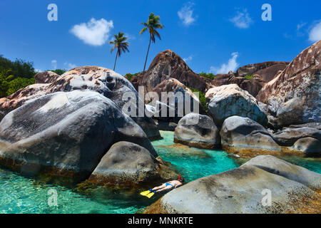 Junge Frau Schnorcheln in Türkis tropisches Wasser unter riesigen Granitfelsen auf die Bäder, Strand, British Virgin Islands, Karibik - Stockfoto