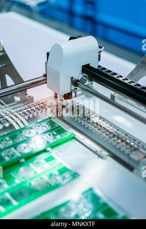 PCB Bearbeitung auf CNC-Maschinen in der Fabrik arbeiten - Stockfoto