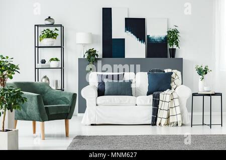 Bequeme weiße aufgegebenes Sofa in rosa Wohnzimmer mit blauen ...