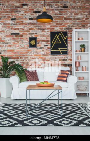 ... Wohnzimmer Im Industriellen Stil Mit Mauer Und Behandlungstisch    Stockfoto