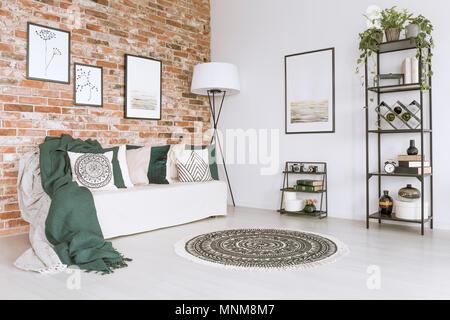 Rote und grüne Kissen auf Sofa im traditionellen Familienküche ...