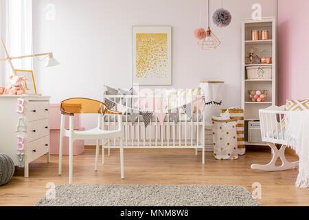 Weiß Baby Schlafzimmer Mit Kommode Pouf Und Wand Poster Stockfoto