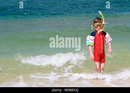 Süße 5 Jahre alten Jungen mit Schnorchelausrüstung am tropischen Strand - Stockfoto