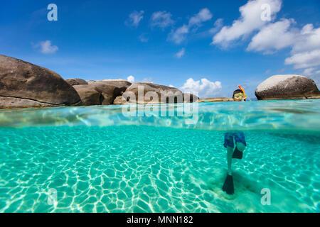 Split Foto von oben und Unterwasser Foto von niedlichen kleinen Jungen Schwimmen im Ozean - Stockfoto
