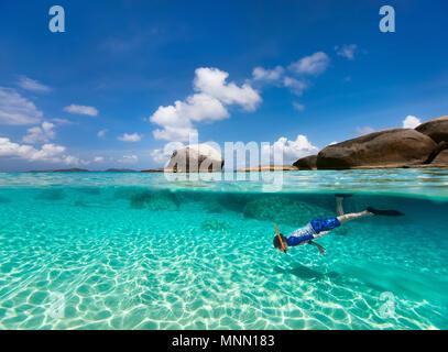 Split Foto des kleinen Jungen schnorcheln im türkisfarbenen Meer Wasser bei tropischen Insel Virgin Gorda, Britische Jungferninseln, Karibik - Stockfoto