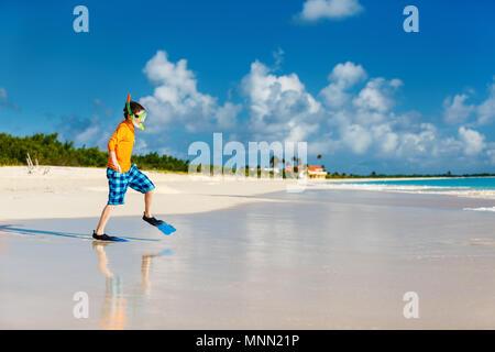 Little Boy in Rash Guard für Sonnenschutz mit Schnorchelausrüstung am tropischen Strand Spaß in den Sommerferien - Stockfoto
