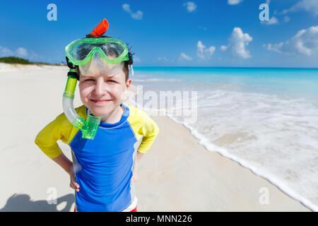 Süße Junge mit Schnorchelausrüstung am tropischen Strand Sommer Urlaub - Stockfoto