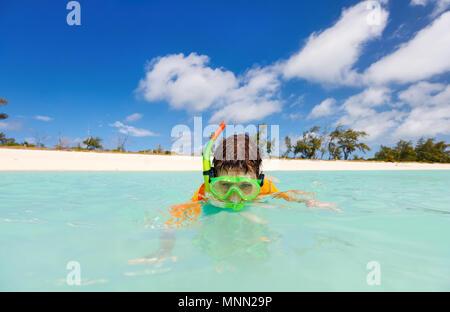 Happy Boy mit Schnorcheln Maske im tropischen Meer Wasser türkis - Stockfoto