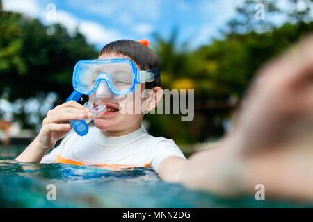 Süße Junge mit Schnorchelausrüstung, selfie in einem Wasser genießen Sommer Urlaub - Stockfoto