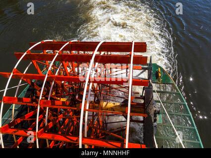Red riverboat Schaufelrad auf Chena River in Fairbanks, Alaska - Stockfoto