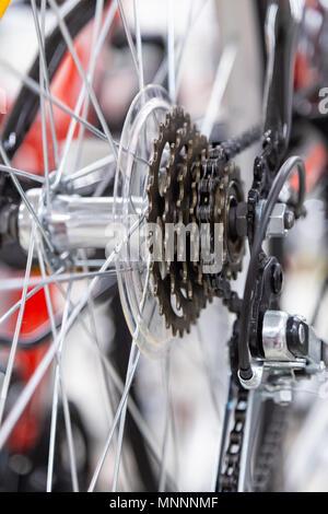 Geschwindigkeit ändern. Hinterrad. Stahl Fahrradkette. Getriebe Zahnräder close-up. - Stockfoto