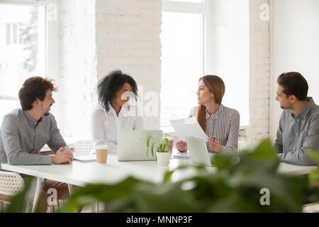 Multirassischen männlichen und weiblichen Kollegen in der Diskussion im Team - Stockfoto