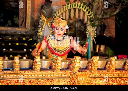 BALI - Januar 19: Legong Trance & Paradies Tanz in Ubud Palace. Ubud Palace ist der beliebteste Ort für nächtliche Tanz, Drama und Musik Performa - Stockfoto