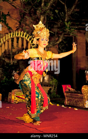 BALI - Januar 19: Legong Trance & Paradies Tanz Veranstaltungsort Ubud Palace. Ubud ist das Haus der traditionellen Kultur in Bali. Januar 19, 2012 in Bali, Indone - Stockfoto