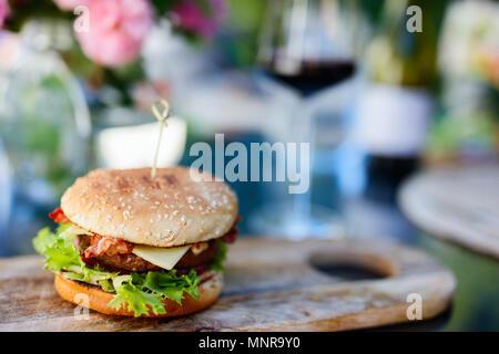 Nahaufnahme von köstlichen frischen Burger mit Käse und Speck - Stockfoto