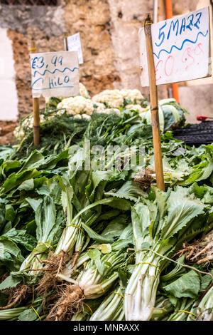 Grünes Gemüse für den Verkauf auf Balaro Markt in Palermo, Sizilien bereit - Stockfoto
