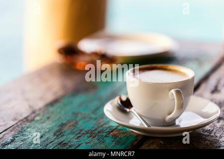 Frischer Kaffee zum Frühstück serviert.